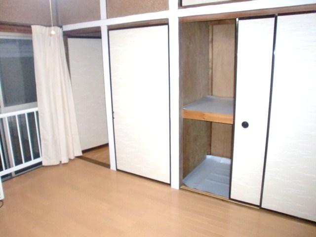 約6帖の洋室です。収納もございます。