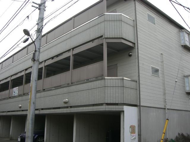 1階部分は、駐車場となります。(外観)