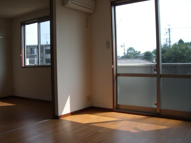 明るい洋室、LDKは約9.3帖!(居間)