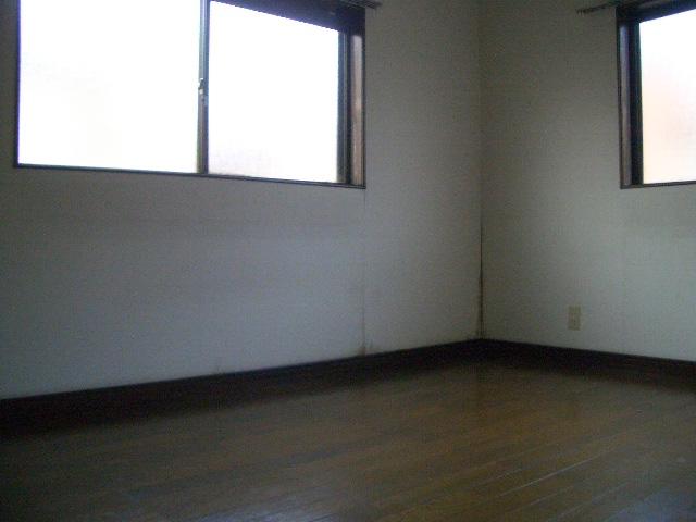 二面採光の洋室です。