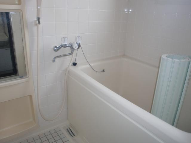 浴室にも窓があり、明るく換気にも便利です。(風呂)