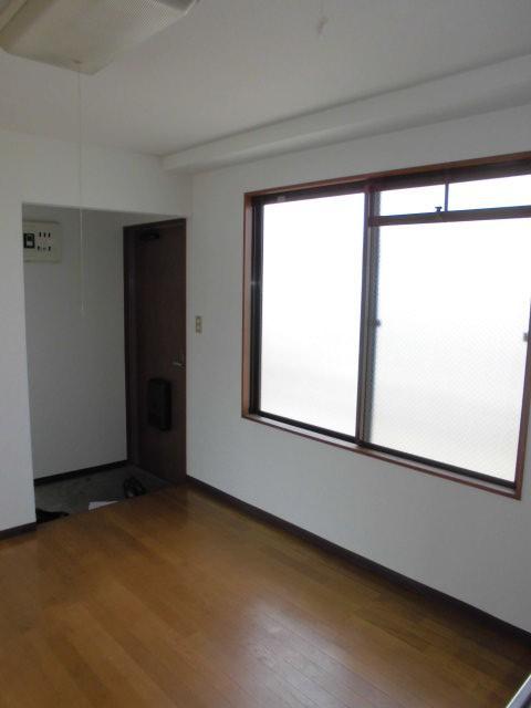 ダイニング側からみた玄関(キッチン)