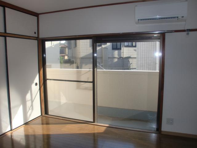 大きな窓の明るい洋室、約6帖ございます☆(居間)