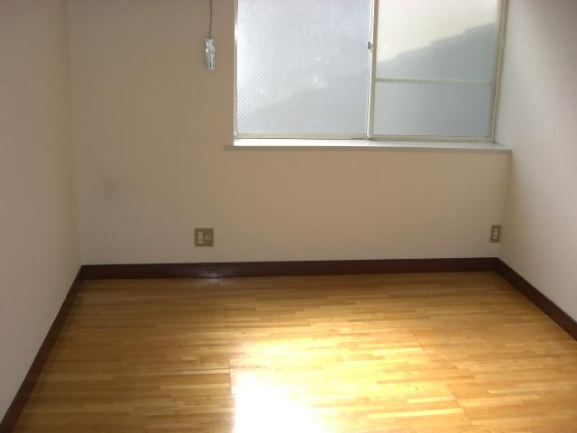 明るい洋室、約5帖ございます!(居間)
