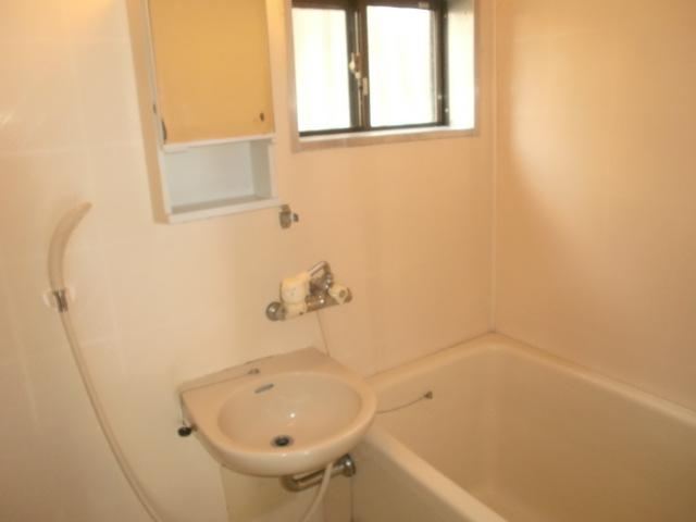 浴室には窓があり、換気がしやすいです!(風呂)