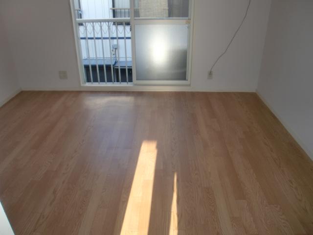 明るい洋室は、約7帖ございます!(居間)