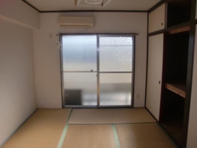約6帖の和室です。収納もございます。(寝室)
