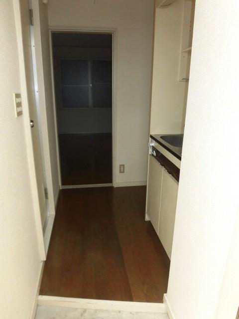 玄関から見たキッチンの様子。(玄関)