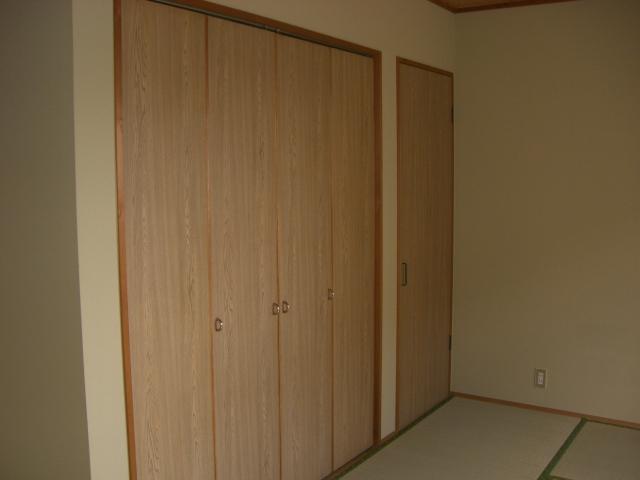 収納もたっぷり、約6帖の和室になります!